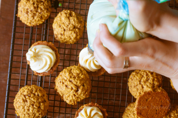 Pumpkin Spice Oatmeal Sandwich Cookies with Maple Cream Cheese FIlling #christmascookies #baking | JellibeanJournals.com