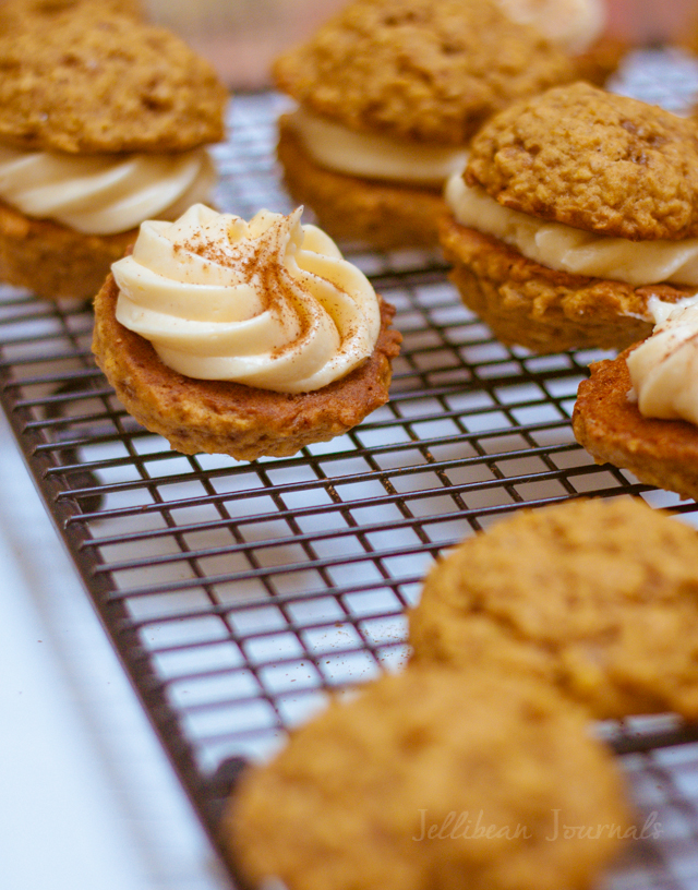 Pumpkin Spice Oatmeal Sandwich Cookies with Maple Cream Cheese FIlling | JellibeanJournals.com