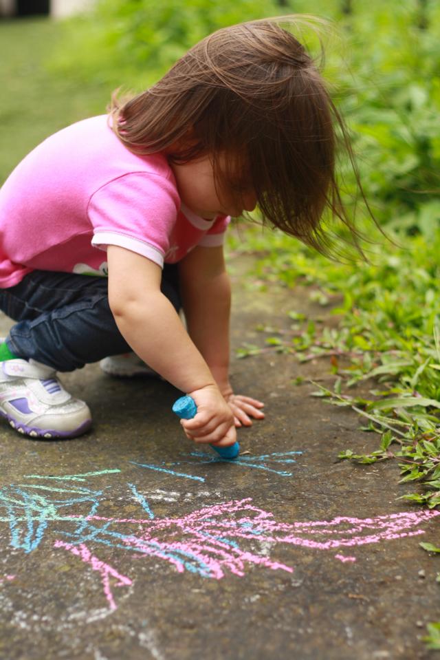 Mini Graffiti Artist- sidewalk chalk play | JellibeanJournals.com