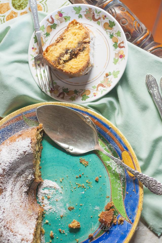 Fig Walnut Coffee Cake- ripe figs and crunchy nuts swimming in sour cream coffee cake #cake #coffeecake | Jellibeanjournals.com
