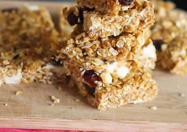 White chocolate cherry no bake granola bars | Jellibeanjournals.com