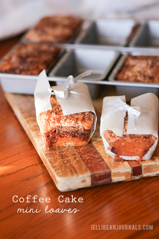 Sour-Cream-Coffee-Cake-Minis--jellibeanjournals