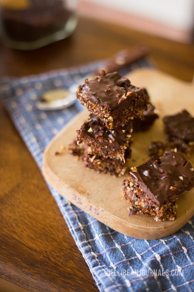 Raw dark chocolate brownies   jellibeanjournals.com