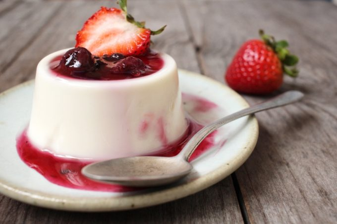 White Chocolate Panna Cotta with Berries | jellibeanjournals.com